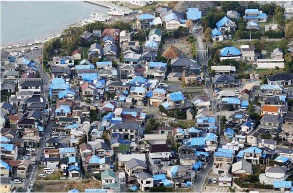 台風15号でブルーシートが使われた様子